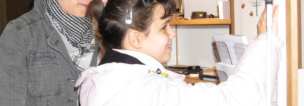 En synskadad serbisk flicka känner på en taktil bild