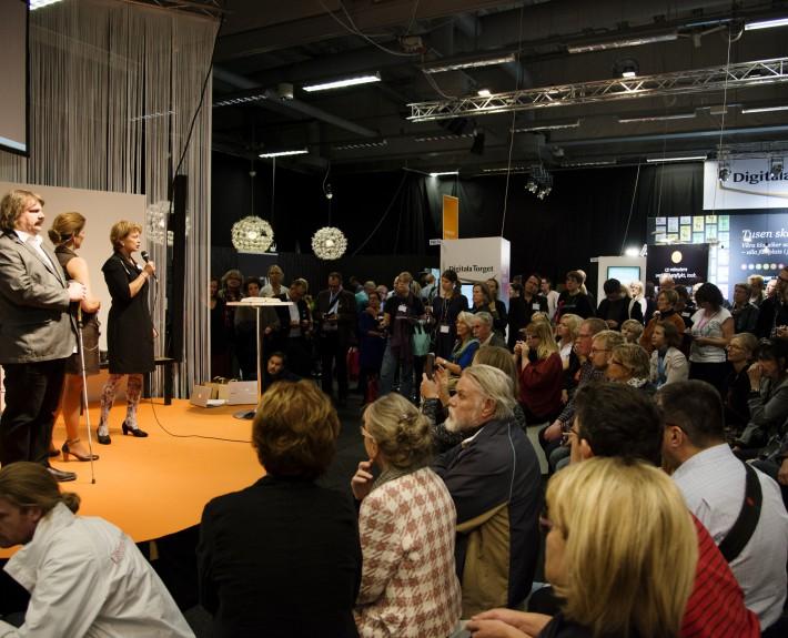 Kulturministern delar ut pris till bästa ljudbok 2013 på Digital Torgets scen på Bokmässan.
